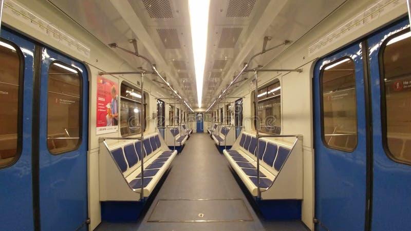 Rusia, Moscú - 6 de mayo de 2019: Carro absolutamente vacío del metro de Moscú Hecho en colores azules y blancos, sillas azules y imagen de archivo libre de regalías