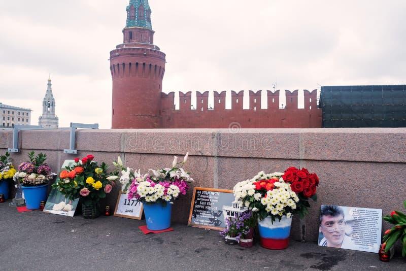 Rusia, Moscú 19 de mayo de 2018: Flores en el lugar del asesinato del político ruso Boris Nemtsov imagen de archivo