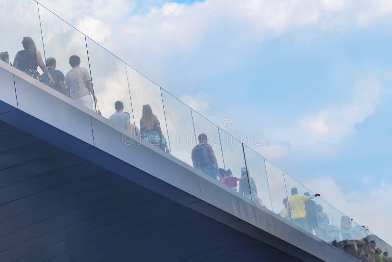 Rusia, Moscú, el 4 de agosto de 2018, parque de Moscú Zaryadye, puente, editorial fotografía de archivo