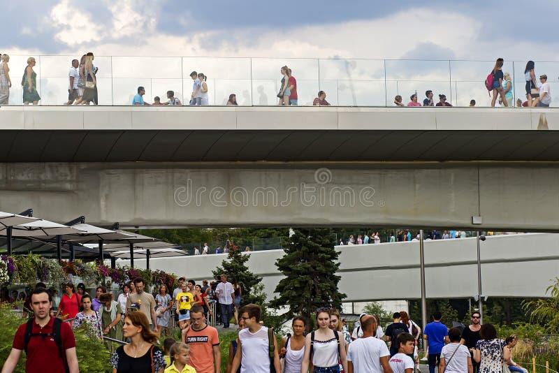 Rusia, Moscú, el 4 de agosto de 2018, parque de Moscú Zaryadye, puente, editorial foto de archivo libre de regalías