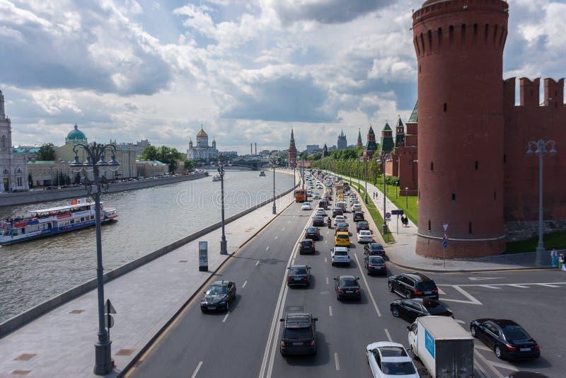 RUSIA, MOSCÚ, EL 8 DE JUNIO DE 2017: Tráfico por carretera en la calle del terraplén del Kremlin imagen de archivo
