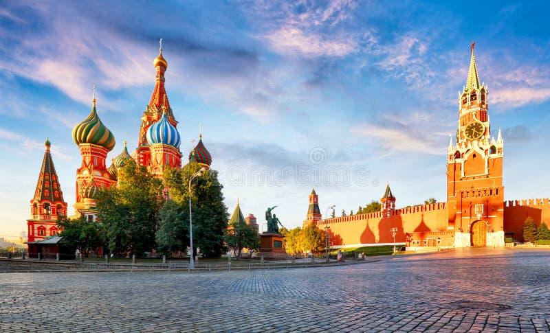 Rusia - Moscú en cuadrado rojo con el Kremlin y la catedral del ` s de la albahaca del St imagenes de archivo