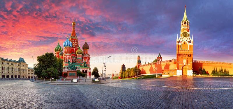 Rusia - Moscú en cuadrado rojo con el ` s Cathe de la albahaca del Kremlin y del St fotografía de archivo libre de regalías