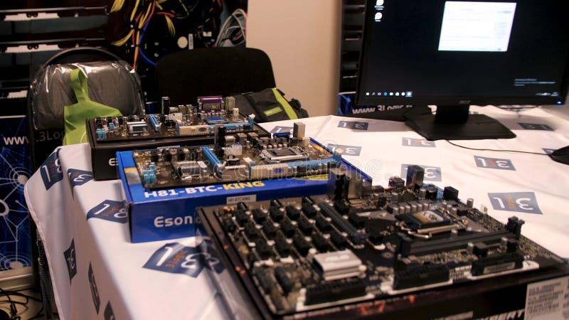 RUSIA, MOSCÚ, JUNIO - 12: Exposición del material informático moderno Circuitos electrónicos en la tabla de madera, ADN de la vis fotos de archivo libres de regalías