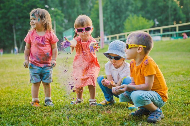 Rusia Moscú los preescolares de los niños del 15 de agosto de 2017 lanza las gafas de sol que llevan del polvo de la diversión de foto de archivo