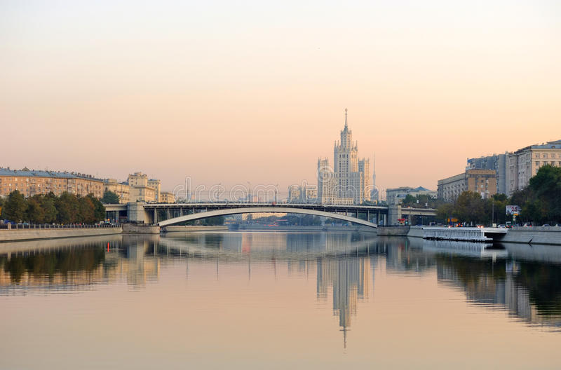 Rusia. Moscú. Opinión sobre la torre de Stalin clásico foto de archivo