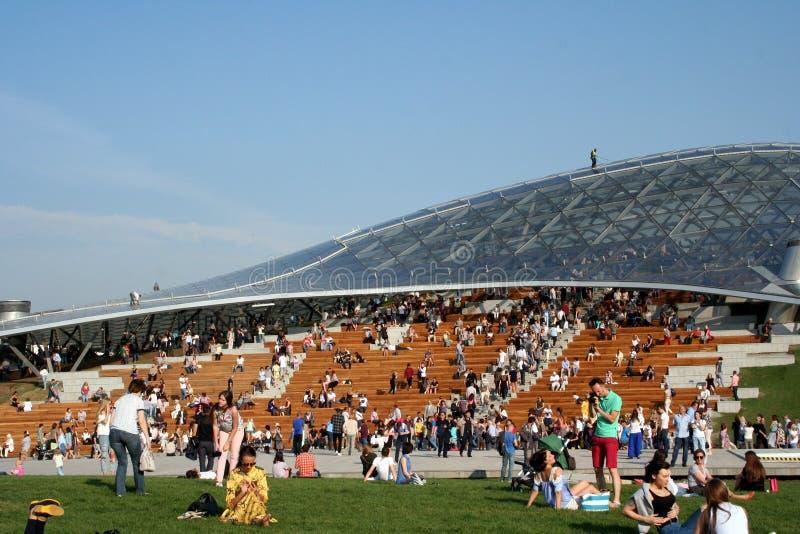 Rusia, Moscú, parque de Zaryadye: los moscovitas tienen un resto fotos de archivo