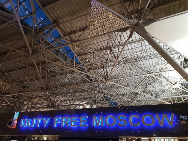 Rusia, Mosc?, 07 06 2018: El tejado del aeropuerto de Vnukovo en Moscú en la zona con franquicia foto de archivo