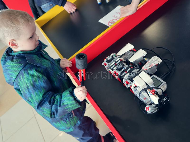 Rusia, Murmansk - 7 de abril de 2019: exposición interactiva internacional del robot para los niños Robopolis imágenes de archivo libres de regalías