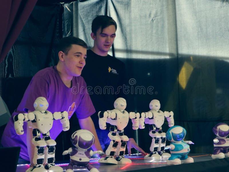 Rusia, Murmansk - 7 de abril de 2019: exposición interactiva internacional del robot para los niños Robopolis foto de archivo