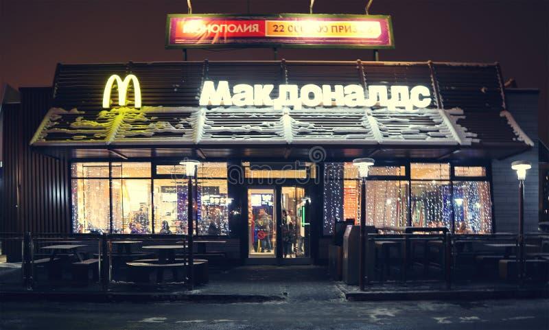 Rusia, Murmansk 15 de diciembre de 2018: Restaurante de los alimentos de preparación rápida de mcdonald en Murmansk en la noche foto de archivo