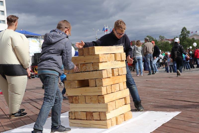 Rusia, Murmansk 24 de junio de 2018: celebración del día de la juventud de Rusia, juego de niños con la construcción de la torre foto de archivo libre de regalías