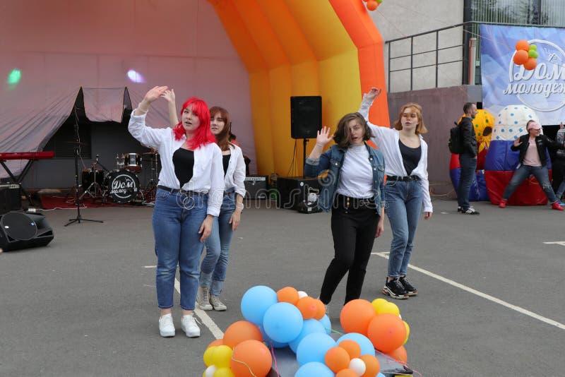 Rusia, Murmansk 24 de junio de 2018: celebración del día ruso de la juventud, funcionamiento del equipo coreográfico imagen de archivo