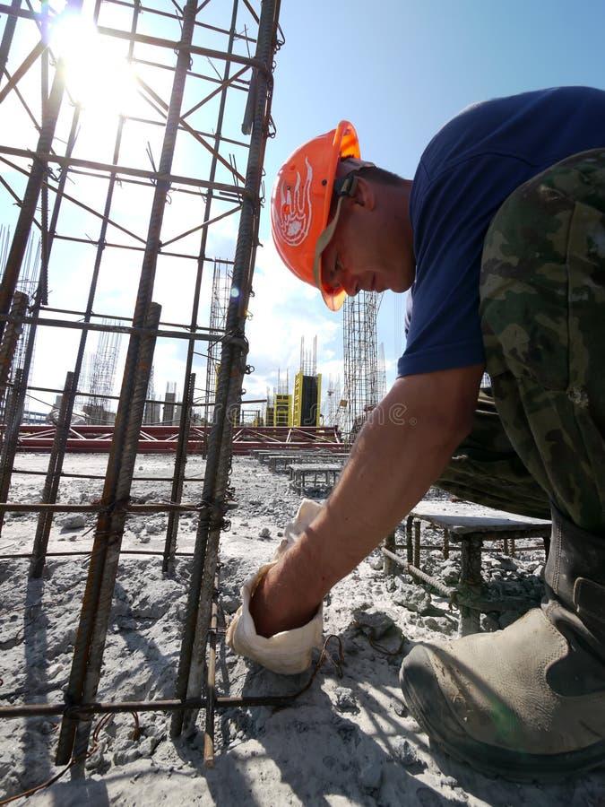 RUSIA, NADYM - 6 DE JUNIO DE 2011: Hombre desconocido, trabajador de construcción fotos de archivo libres de regalías