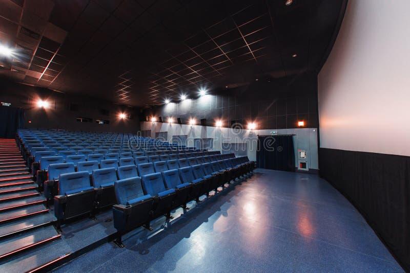 Rusia, Nizhny Novgorod - pueden 26, 2014: Cine de Sormovsky Sillas azules vacías de los asientos del pasillo del cine, cómodas y  imagen de archivo