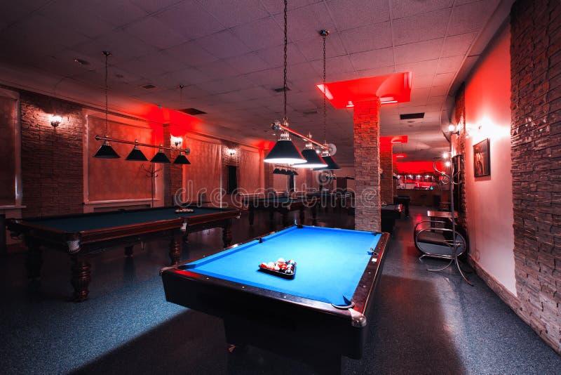 Rusia, Nizhny Novgorod - pueden 23, 2014: Mir Cinema y centro de entretenimiento Interior de un club que tiene vectores de billar fotografía de archivo libre de regalías