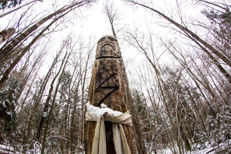 Rusia - noviembre de 2015: Perun - ídolo pagano eslavo en el templo del bosque imagen de archivo