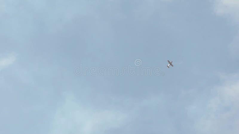 Rusia, Novosibirsk, el 31 de julio de 2016: Avión aeroacrobacia adicional que hace un truco en el aire almacen de metraje de vídeo
