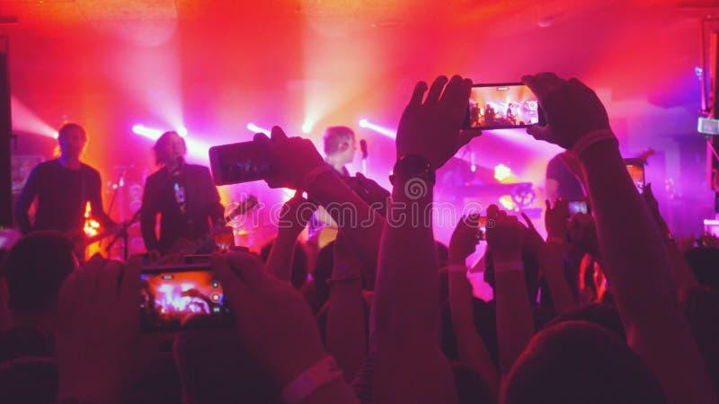 Rusia, Novosibirsk, el 14 de julio de 2016 Los fans dan el vídeo de la grabación y las imágenes el tomar con los teléfonos elegan imagen de archivo