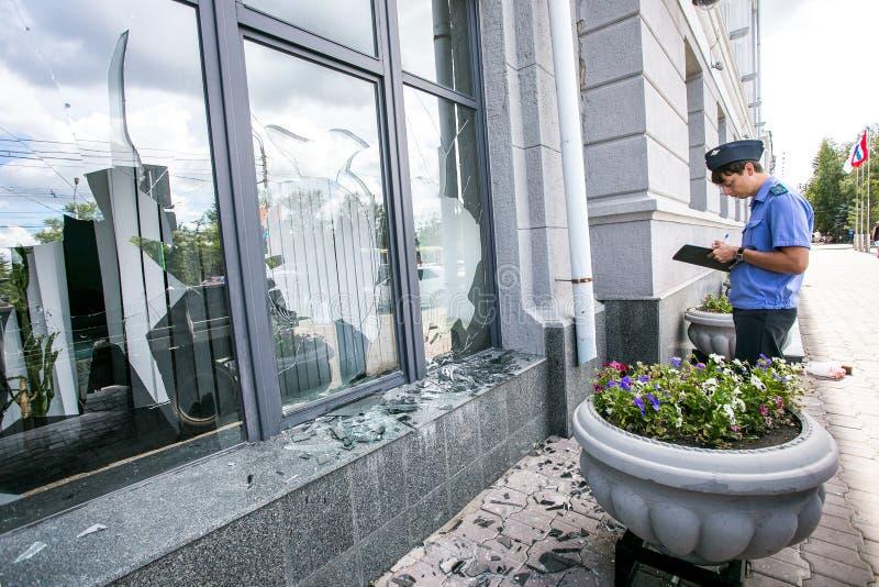 Rusia, Omsk - 4 de agosto de 2015: Ventana quebrada del ayuntamiento imagen de archivo