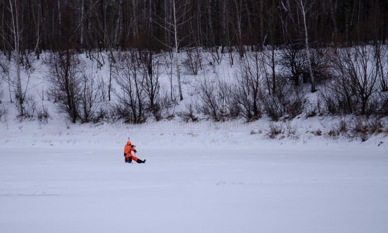 Rusia, pesca del invierno, competencias de la pesca del hielo, bajo, zona acotada de pesca, trastos, hielo, invierno, río, paisaj imagen de archivo libre de regalías