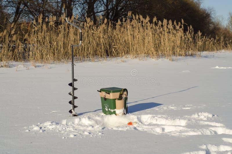 Rusia, pesca del invierno, competencias de la pesca del hielo, bajo, zona acotada de pesca, trastos, hielo, invierno, río, paisaj fotos de archivo libres de regalías