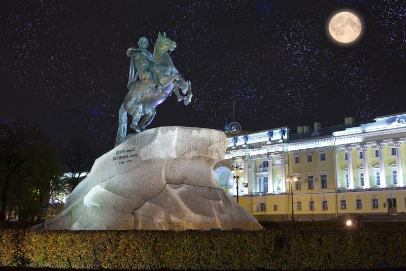 Rusia petersburg Monumento al zar Peter 1, jinete de bronce inscripción que el ruso pone letras en una piedra - al th de Peter I  foto de archivo libre de regalías