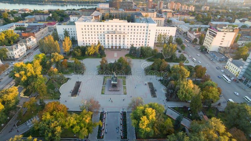 Rusia Rostov-On-Don Cuadrado de los consejos Edificio del gobierno de t foto de archivo libre de regalías