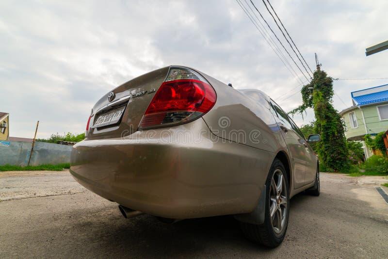 Rusia, Rostov On Don, el 2 de agosto de 2019 Aparcamiento de Toyota Camry 30 del coche privado parqueado en la calle cerca del ga fotos de archivo libres de regalías
