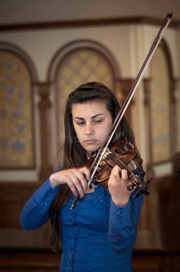 Rusia, Ryazan - 13 02 2012 - Muchacha que toca el violín en la iglesia fotos de archivo