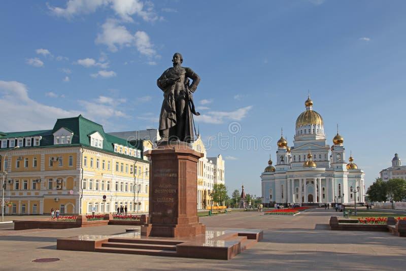 Rusia. Saransk. Catedral del ` s del St. Theodor Ushakov y el monumento de almirante Feodor Ushakov durante invierno fotos de archivo libres de regalías