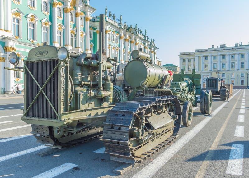 Rusia, St Petersburg, el 10 de agosto de 2017 - tractor que estaba adentro foto de archivo libre de regalías