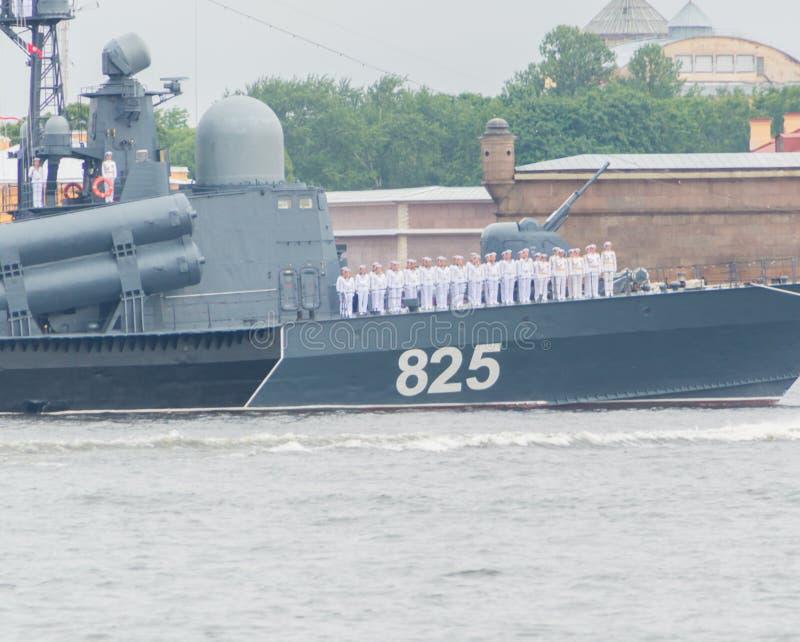 Rusia, St Petersburg, el 30 de julio de 2017 - barco grande del misil oscuro fotografía de archivo