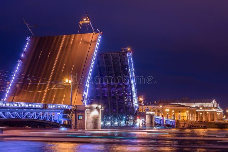 Rusia, St Petersburg, el 2 de junio de 2019: Puente del palacio, vieja bolsa de acción de St Petersburg y columnas rostrales fotos de archivo libres de regalías
