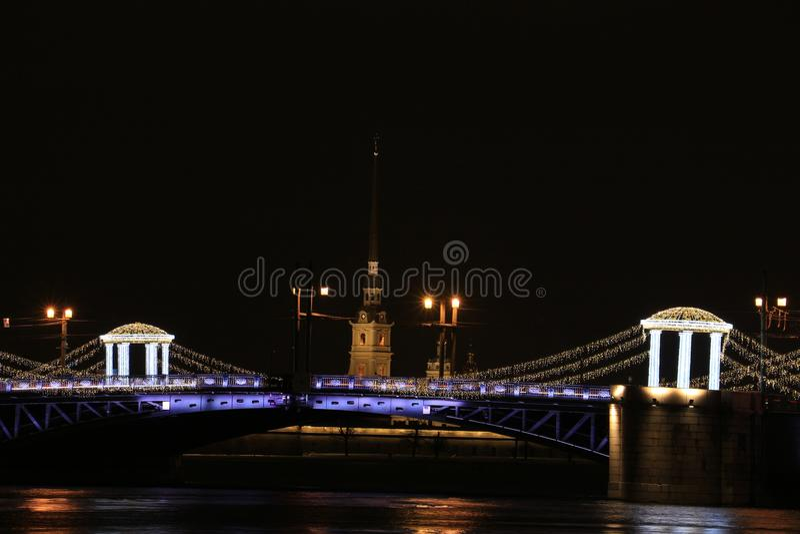 Rusia, St Petersburg, el puente del palacio y el Peter y Paul Fortress fotografía de archivo