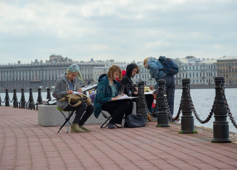 Rusia St Petersburg estudiantes de julio de 2016 una lección al aire libre fotos de archivo libres de regalías