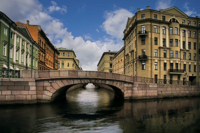 Rusia, St Petersburg, puentea cerca de Neva foto de archivo