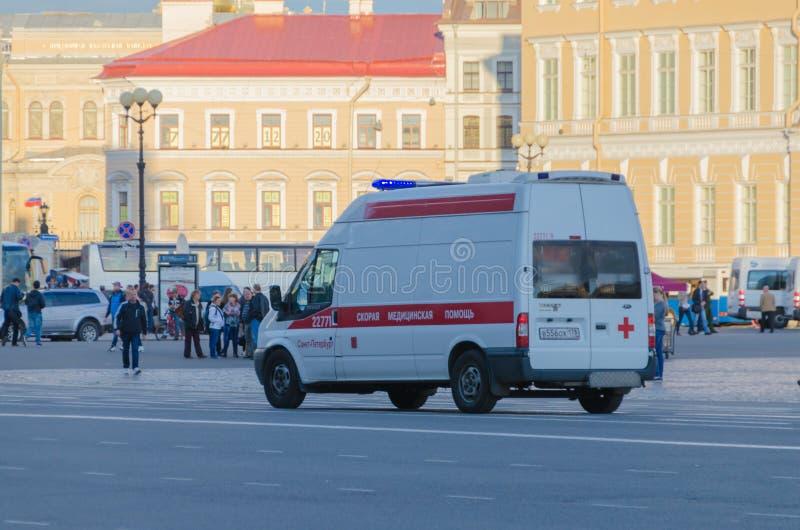 Rusia St Petersburg que la ambulancia 2016 del coche de la caída monta a la vista posterior del área fotos de archivo