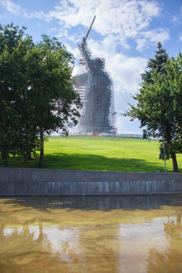 Rusia, Stalingrad, el 23 de julio de 2019: Una vista de una estatua que la patria llama en el curso de la reparación y de la rest fotos de archivo