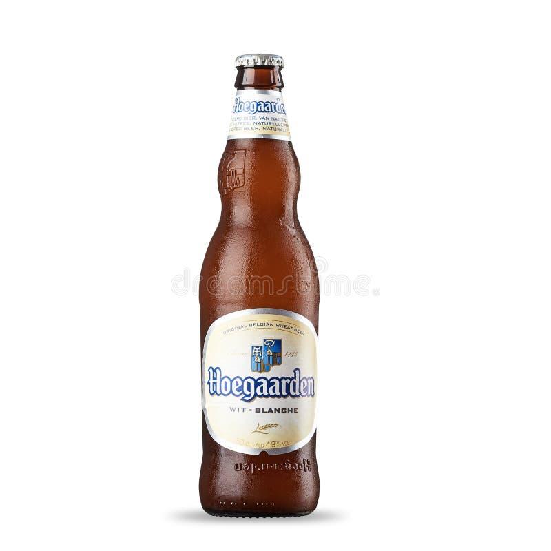 RUSIA, StPetersburg, el 9 de julio de 2017 botella de cerveza de Hoegaarden en el fondo de un campo de trigo foto de archivo libre de regalías