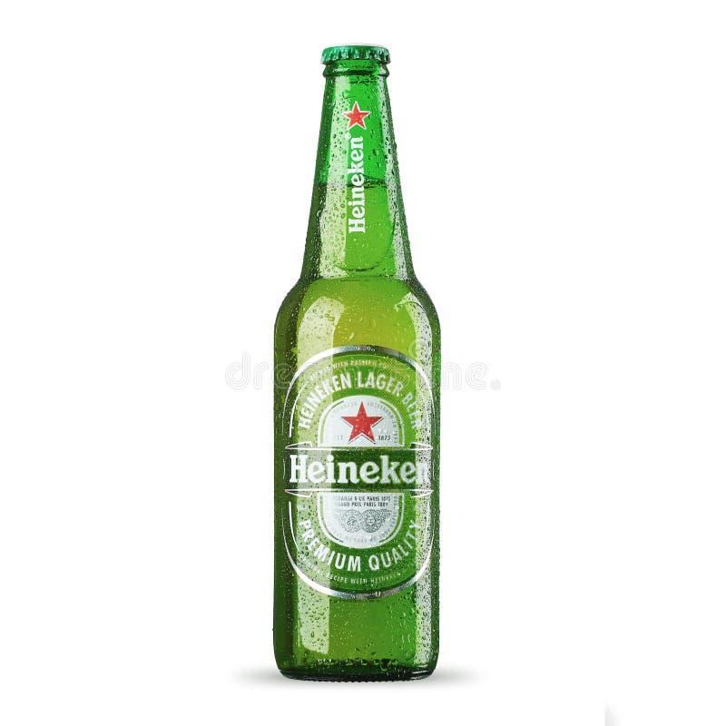 RUSIA, StPetersburg, el 9 de julio de 2017 Botella de Heineken Lager Beer en el fondo blanco imagenes de archivo