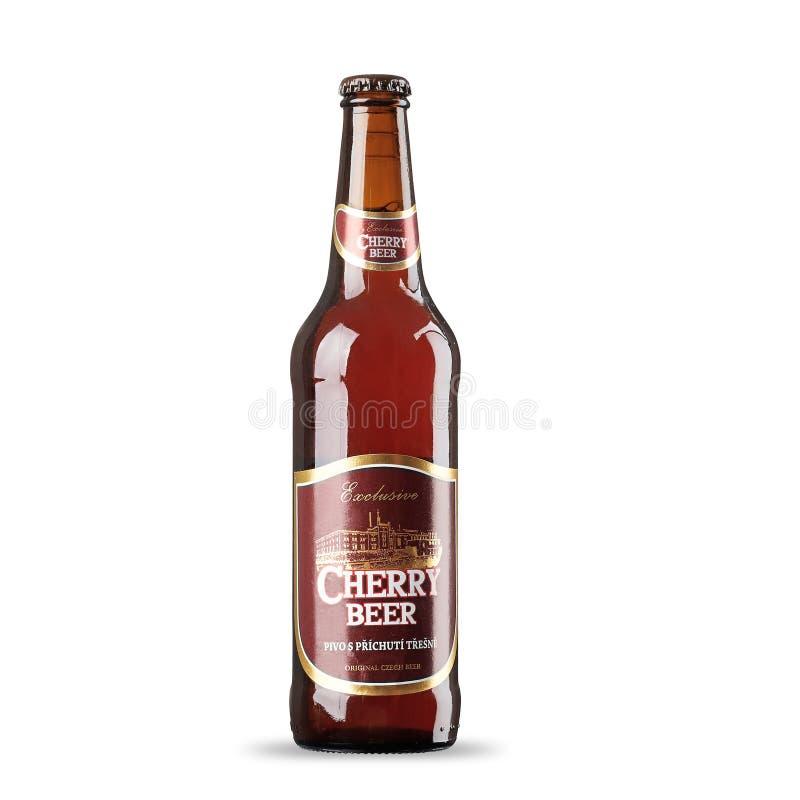 RUSIA, StPetersburg, el 9 de julio de 2017 cerveza de la cereza de la República Checa en un fondo blanco fotos de archivo