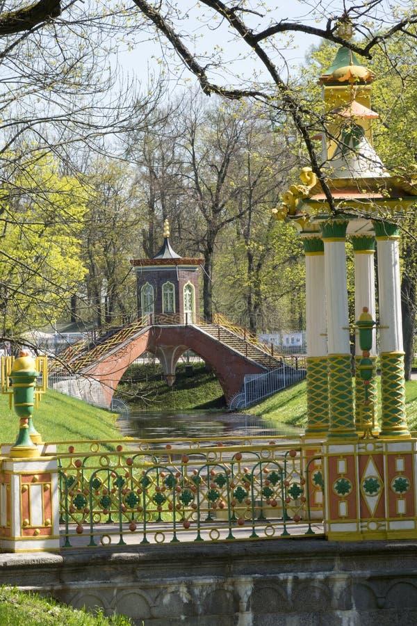 Rusia Suburbio de St Petersburg Pushkin Siglo XVIII del puente de Krestovy en el canal de Krestovy fotos de archivo