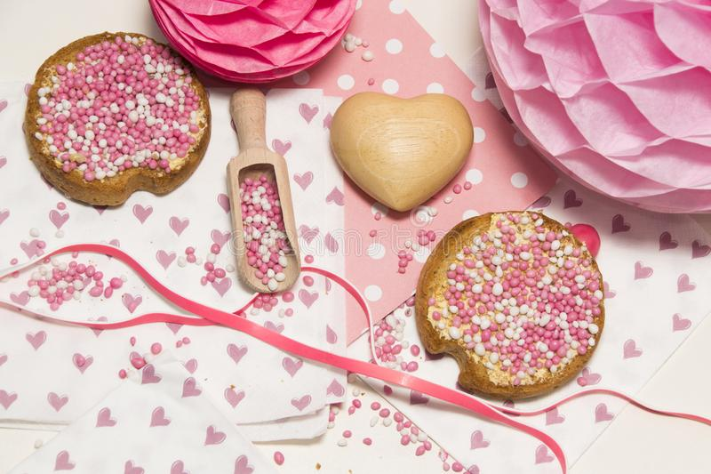 Rusk z różowymi aniseed piłkami, muisjes, tradycja w holandiach świętować narodziny córka obraz stock