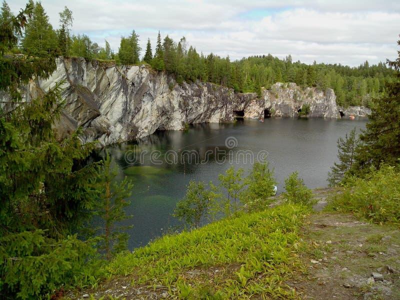 Ruskeala-Gebirgspark - eine Jahrhunderte alte Geschichte des Bergbaus Die unbeschreibbare Sch?nheit des nat?rlichen Marmors im wi stockbilder