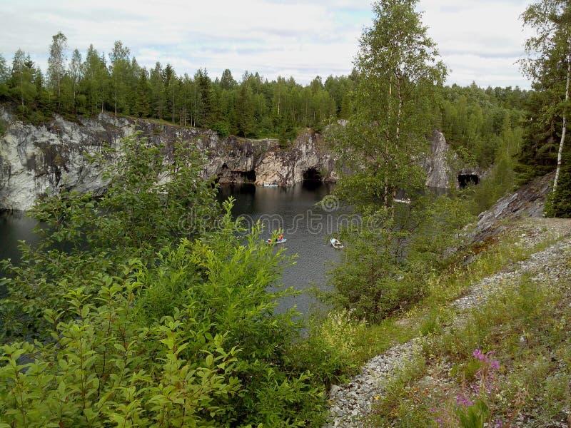 Ruskeala-Gebirgspark - eine Jahrhunderte alte Geschichte des Bergbaus Die unbeschreibbare Sch?nheit des nat?rlichen Marmors im wi stockfotos