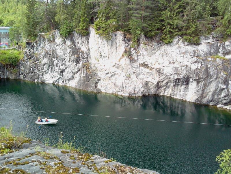 Ruskeala-Marmorsteinbruch ist in sch?nen Park in russischem Karelien umgewandelt worden lizenzfreie stockfotografie