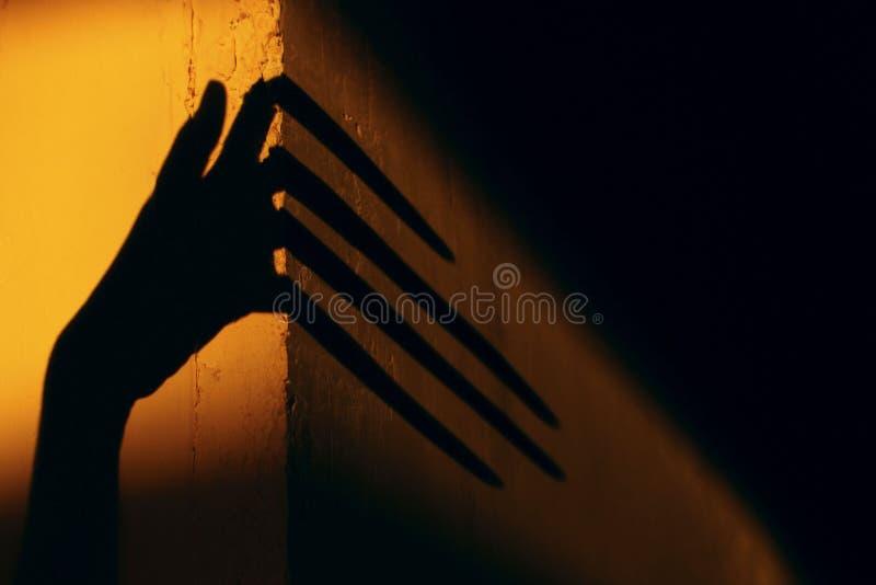 Ruskig skugga abstrakt bakgrund Svart skugga av en stor hand på väggen arkivbilder