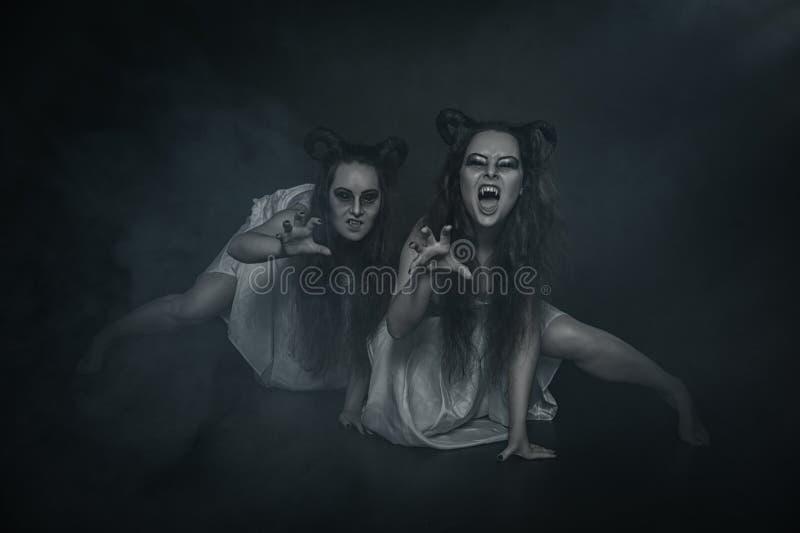 Ruskig vampyr för spöke två på mörk bakgrund fotografering för bildbyråer