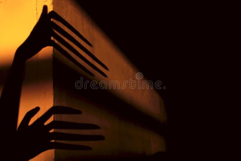 Ruskiga skuggor abstrakt bakgrund Svartskuggor av stora händer på väggen royaltyfria bilder